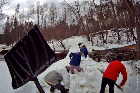 Уборка снега на реке Волья весной для слаломных сборов гребного клуба Спартак