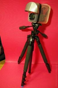 Видеокамера в самодельном влагозащитном боксе на штативе