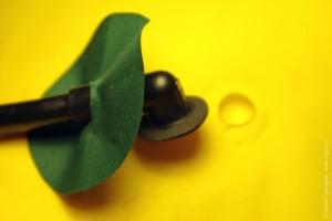 Приклеиваем трубочку надувания полиуретановым клеем на полиуретановую ткань