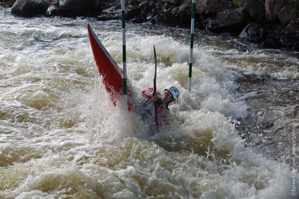 Наташа Горшенева каякер-слаломист отжигает на бочке слаломного канала Тайвалкоски