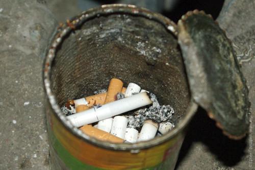 Пустая консервная банка полная окурков пепельница мусор