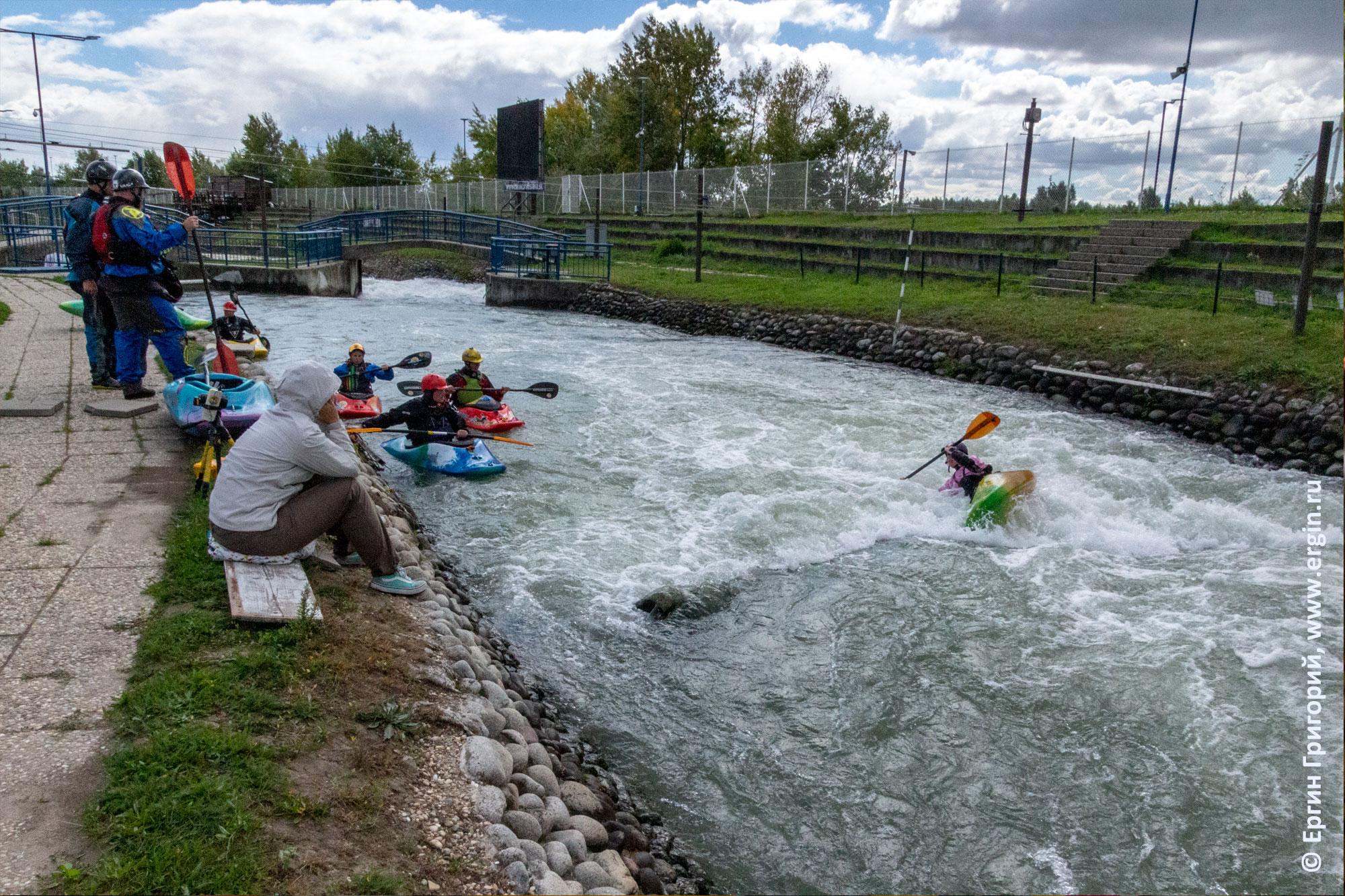 Фристайл-каякинг на бурной воде в искусственной бочке на слаломном канале в Чуново Братислава