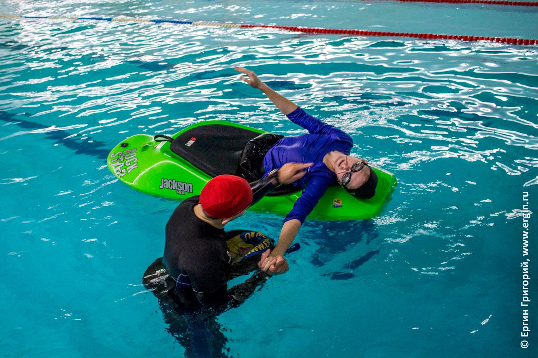 Обучение каякингу эскимосскому перевороту без весла в бассейне