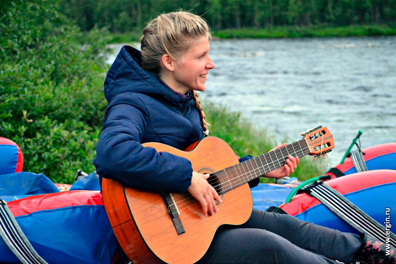 Поход речка катамаран девушка с гитарой