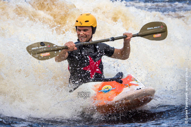 Радость каякинга позитивный каякер на бурной воде