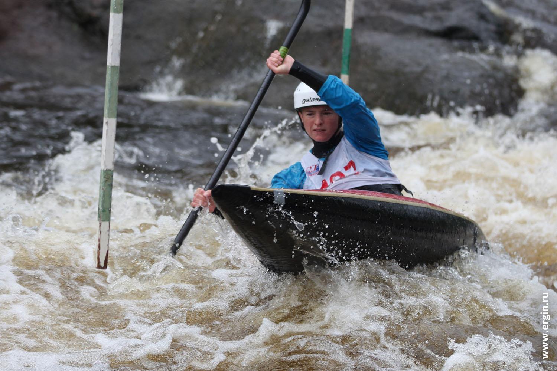 Каякер слаломист гребной слалом в каяке под вешкой на бурной воде Полина Короткова