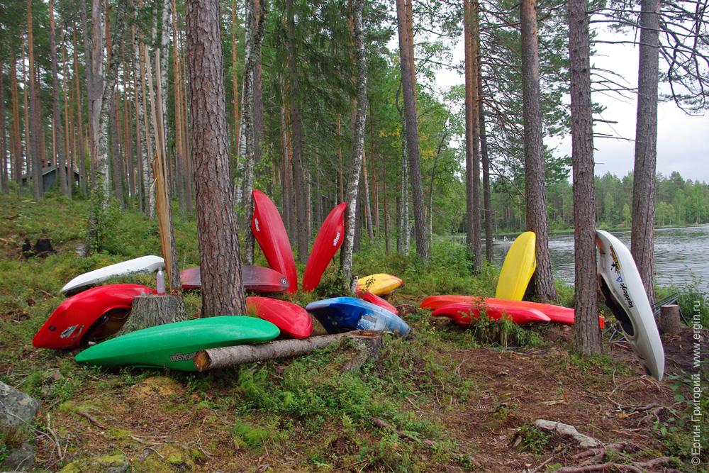 Каяки лодки на берегу озер кемпинг Нейтикоски Лиекса