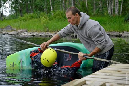 Обучаю эскимосскому перевороту на каяке летом Лиекса Нейтикоски