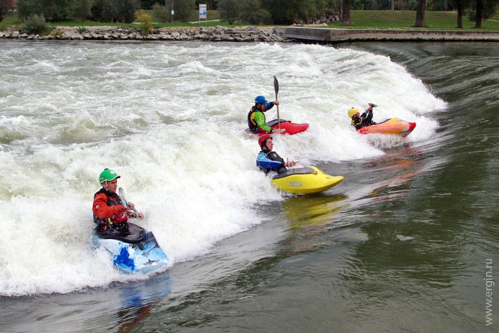 Plattling, Germany, Freestyle kayaking in Hole, Каякеры в бочке в Платтлинге занимаются родео
