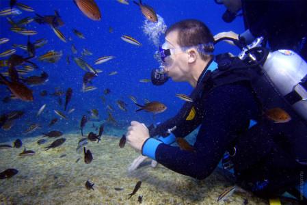 Гриша с рыбами под водой