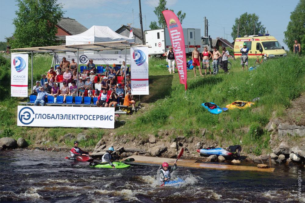 Трибуны на берегу Тивдийки для зрителей соревнований по каяк фристайлу на бурной воде