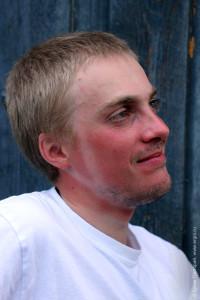 Загар каякера след от каски на загорелом лице