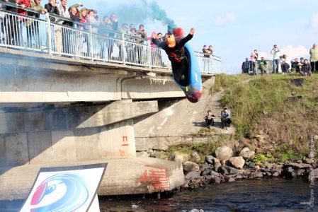 Прыжки с рампы на каяке Кубок России по фристайлу на бурной воде в Тивдии