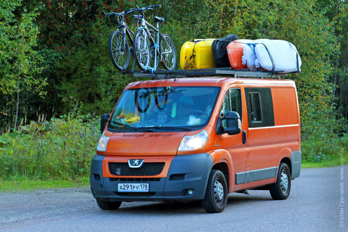 Родеобас микроавтобус фристайл-каякеров с каяками и велосипедами на крыше