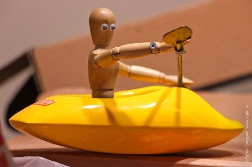 Модель каякера в лодке для объяснения тонкостей исполнения элементов фристайла на бурной воде