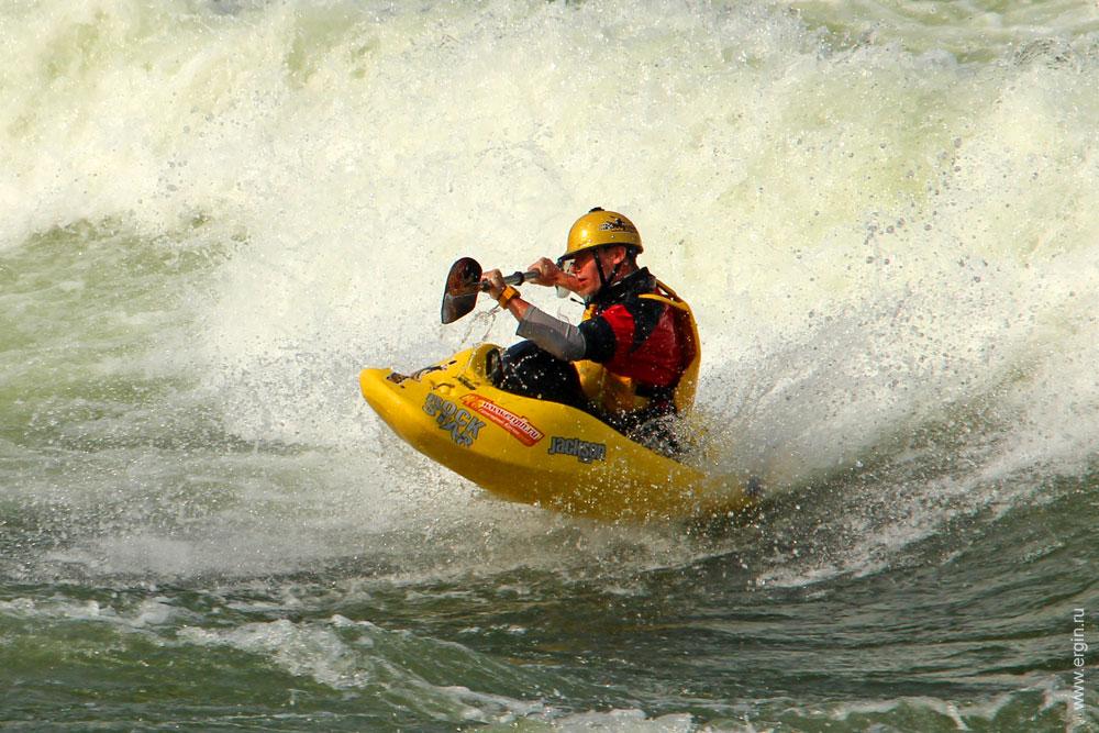 Фристайл Каякер на волне в Африке Уганда река Нил