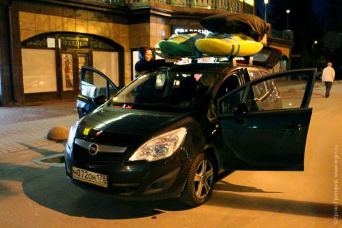Автомобиль с каяками на крыше едет в Лиексу