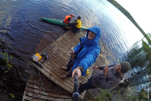 Селфи на фоне тренировки по эскимосскому перевороту на каяке