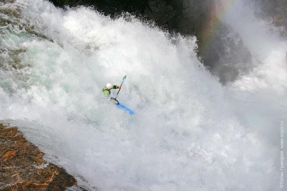 Прыжок с водопада на каяке