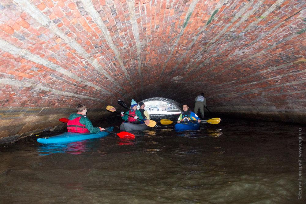 Каякинг в Питере под мостом Невского проспекта