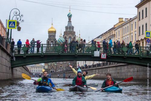 На каяках и байдарках под Итальянским мостом Санкт-Петербург