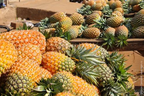 Прилавок с множеством ананасов Уганда Африка