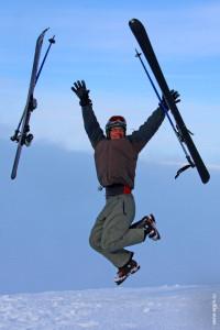 Счастливый горнолыжник в полете Хибины Кировск