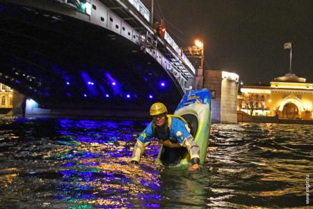 Фристайл на каяке по Дворцовым мостом Нева Санкт-Петербург