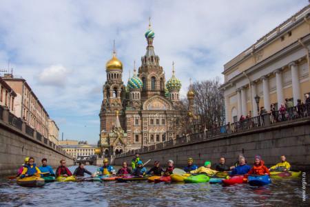 Питерские Каякеры на фоне Спаса на Крови в Санкт-Петербурге