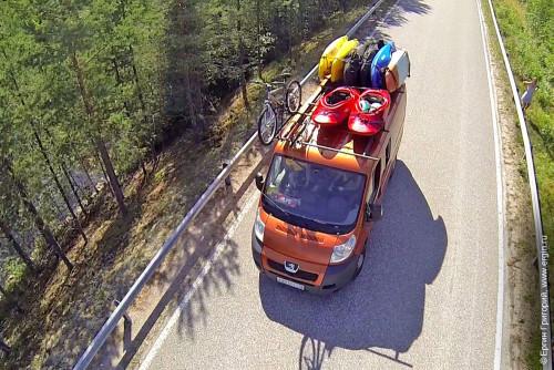 Микроавтобус каякеров с каяками на крыше