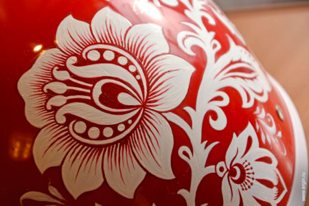 Цветы белая хохлома на красном шлеме каякера