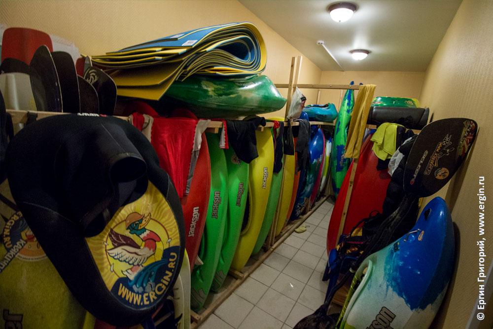 Комната для хранения каяков в бассейне