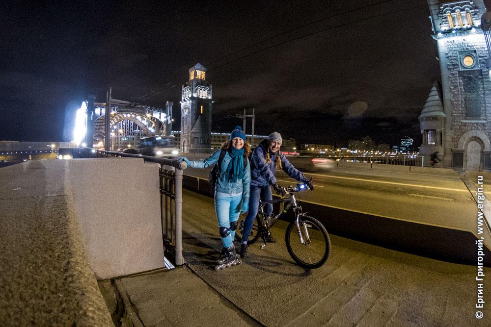 Велосипедист и роллер на Большеохтинском мосту
