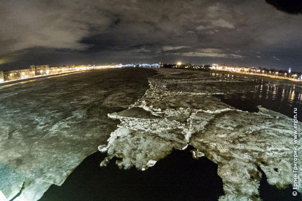 Последние льдины на Неве