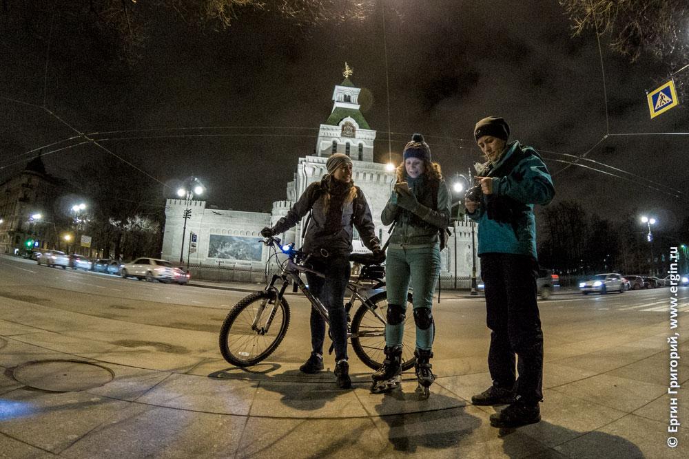 Велосипедисты у музея Суворова ночью