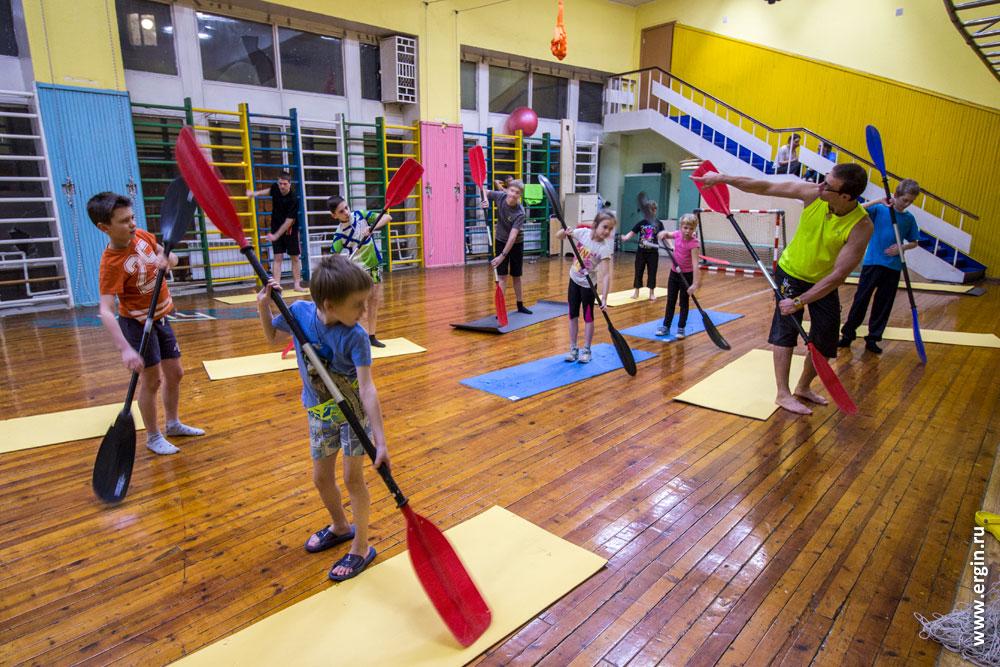 Дети каякеры занятия в зале на суше