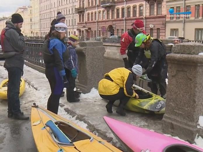 Каякеры на набережной Санкт-Петербурга готовят лодки