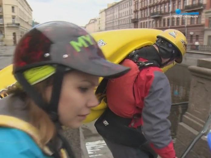 Каякеры спускаются к воду на набережную СПб