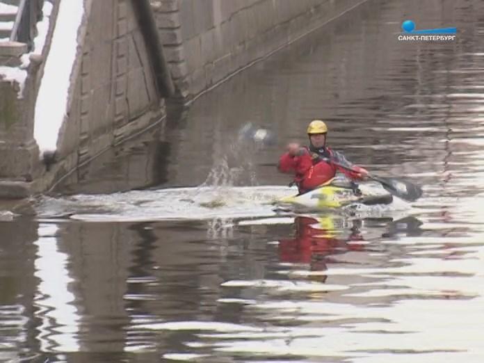 Каякер на канале в Санкт-Петербурге