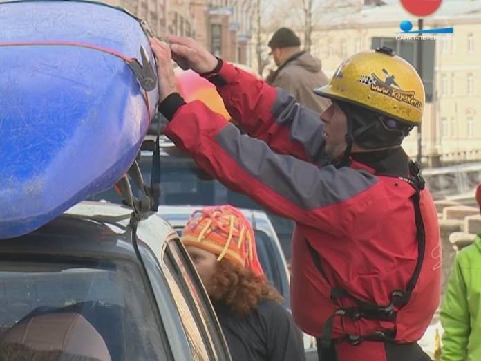 Каякер снимает каяк с машины