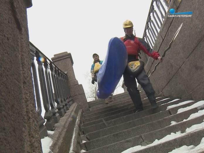 Спуск с каяками по ступенькам набережной СПб