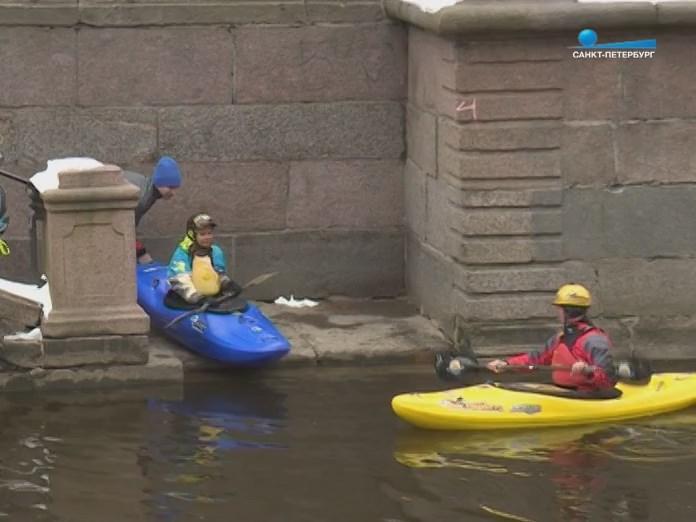 Санкт-Петербург Спуск новичка каякера на воду канала