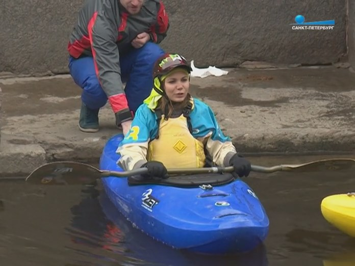 Корреспондент телеканала Санкт-Петербург на воде в каяке