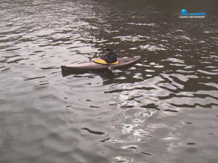 Самодельный каяк на воде каналов Питера