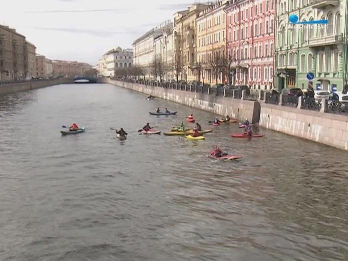 Каяки и байдарки на воде в Санкт-Петербурге