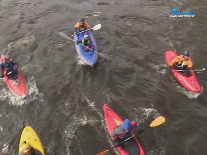 По каналу Санкт-Петербурга идут каякеры и байдарочники