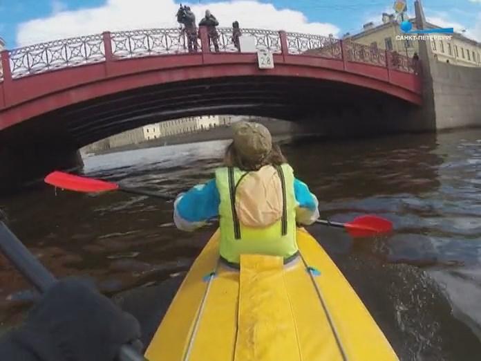 Байдарка проходит под Санкт-Петеребургским мостом