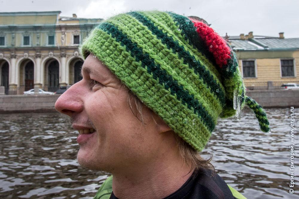 Сосульки на шапке каякера в СПб