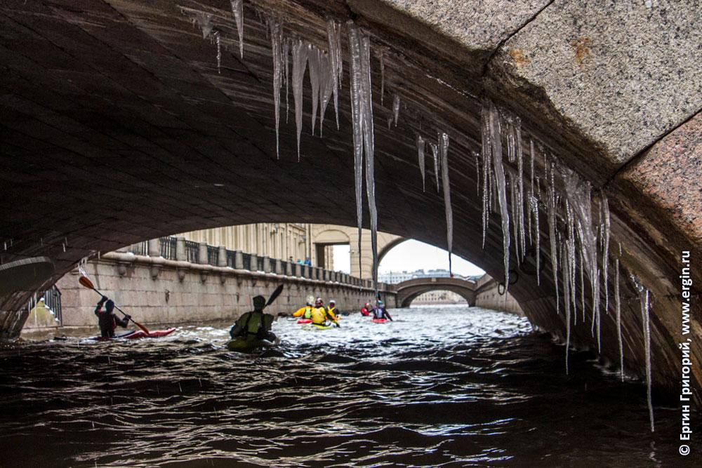Сосульки под мостом Санк-Петербург замерзший каякинг