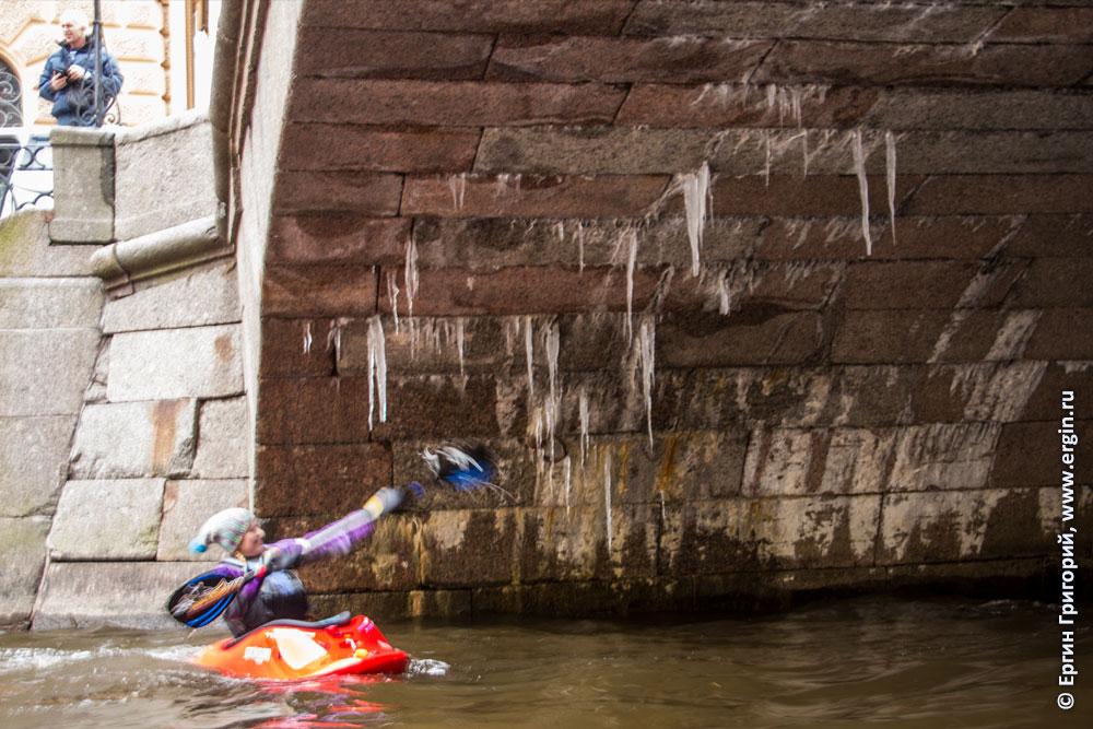 Санкт-Петербург Каякер сбивает сосульки под мостом